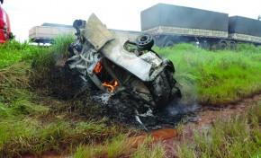 Caminhonete bate em carreta, explode e mata condutor