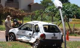Condutor de corsa faz retorno em pista proibida e provoca colisão