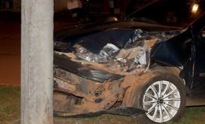 Jovem embriagado fica ferido ao bater carro em poste