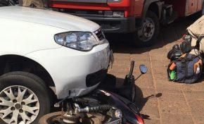 Em colisão, moto vai parar embaixo de carro na área central de Aquidauana