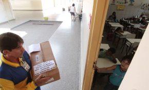 Carteiro leva cartas, histórias e alegria à sala de aula na Capital