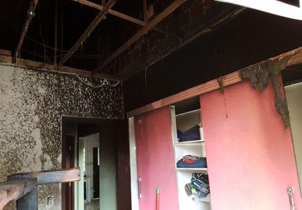 Vizinho percebe incêndio em residência, pula o muro e contém fogo