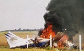 Avião tenta pousar, perde o controle e cai na fronteira
