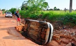 """Carro de policial é """"engolido"""" por cratera em Bataguassu"""