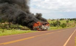 Micro-ônibus pega fogo na BR 475 em Novo Horizonte do Sul