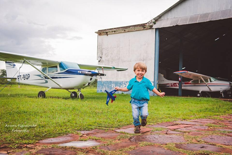 9a9d11f68 No aniversário de três anos do filho, ela decidiu registrar os momentos do  contato de Benício com os tão admirados aviões no Aeroclube do município.