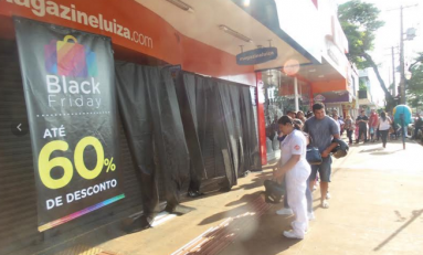 População faz fila para garantir compras no Black Friday em Dourados