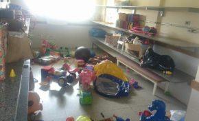 Meninos vandalizam em creche, quebrando brinquedos e pichando paredes