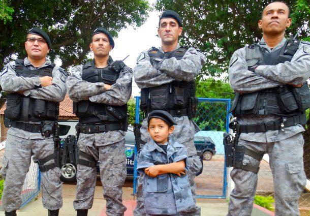 Policial da Rotai presenteia garotinho fã da PM com réplica de farda