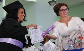 Doze anos após ser alfabetizada, mulher se forma em Letras pela UEMS