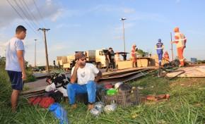 Caminhão carregado de placas de madeira capota no mini-anel na Capital