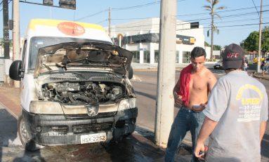 Van pega fogo no 'sinal vermelho' em Campo Grande