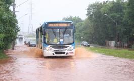 Chuva prejudica trânsito e deixa moradores ilhados na Capital
