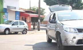Condutor cochila ao volante e bate em carro estacionado na Capital