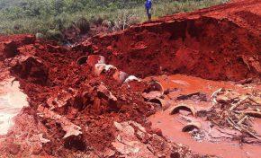 Em Itaquiraí, força das águas destrói tubulação e interdita estrada de escoamento