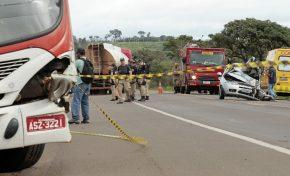 Colisão entre ônibus e carro fere cinco em rodovia