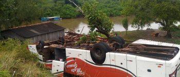 Ônibus com passageiros capota em rodovia e vai parar às margens do rio Miranda