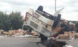 Motorista morre após caminhão carregado com cigarros capotar em Miranda