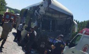 Passageiros ficam feridos em colisão entre ônibus e caminhão na BR-262
