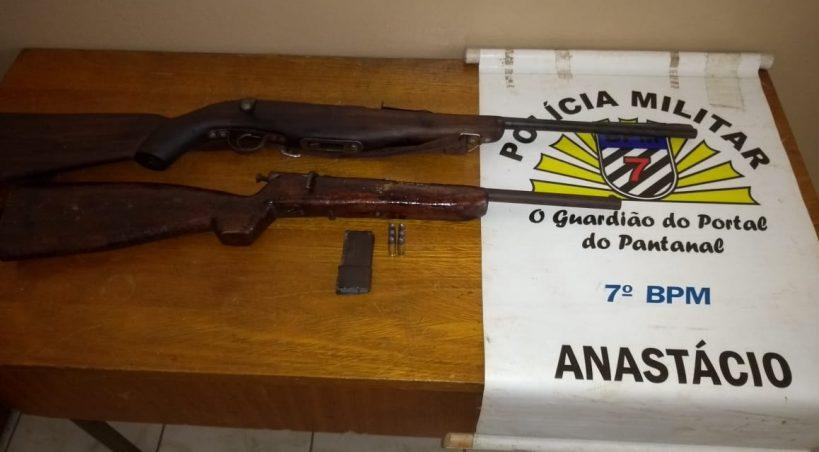 Denúncia leva PM a flagrar armas de fogo em residência de Anastácio; dono é preso