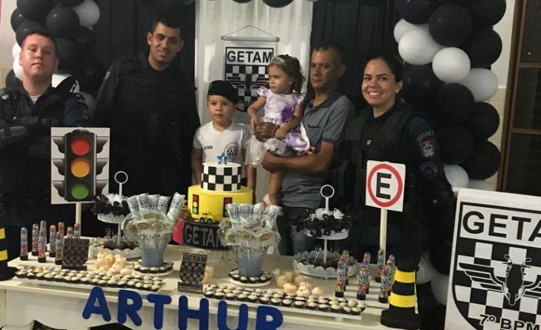 Com avô e tio policiais, Arthur mostra que vai seguir os passos da família
