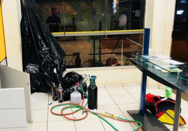 Bandidos invadem banco e um deles morre em confronto com a Polícia