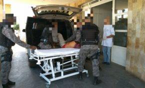 Bandidos morrem em confronto com a PM ao tentar jogar droga e arma em presídio