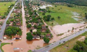 Em Bodoquena chuva alaga avenida, invade casas e compromete estradas e ponte