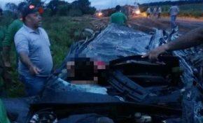 Carreta tomba e deixa três pessoas feridas na BR-262