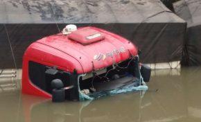 Carreta carregada cai em rio, motorista inventa assalto mas desmente versão