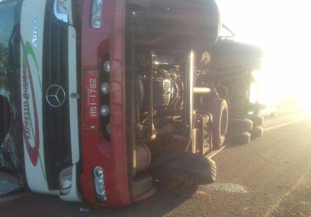 Caminhão tomba e deixa carga espalhada às margens da rodovia