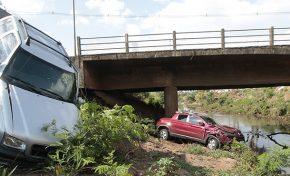 Camionetes colidem e despencam em barranco