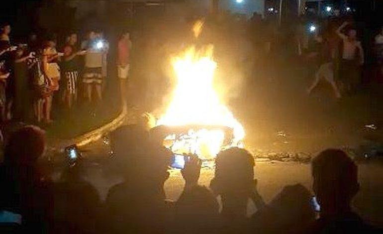 Populares matam e ateiam fogo em suspeito de assassinar adolescente, em frente a quartel da PM