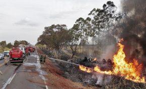 Carreta carregada com óleo diesel tomba e pega fogo em rodovia