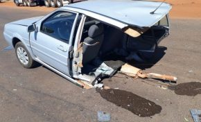 Carro se parte ao meio em acidente na rodovia
