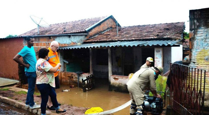 Casas na Vila Quarenta ficam alagadas após forte chuva desta quinta-feira
