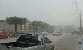 Chuva forte e vento chegam em Aquidauana e dia escurece