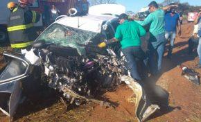 Criança morre e família fica ferida após colisão entre carro e caminhão na BR-262