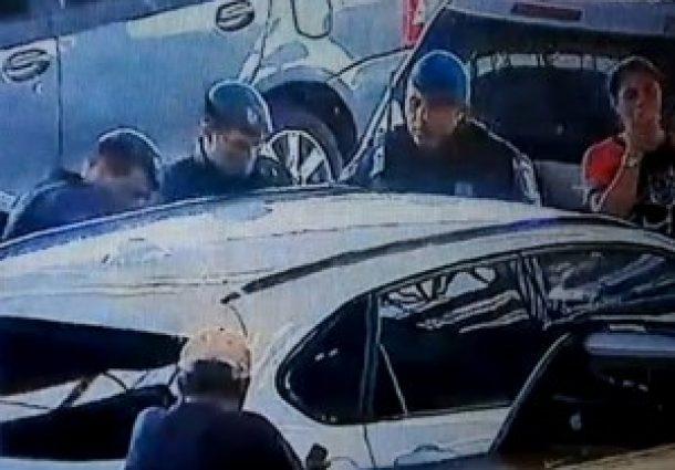 Guarda Municipal quebra vidro de carro para retirar criança presa