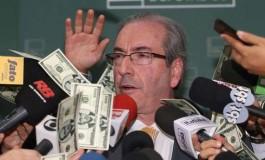 Manifestante interrompe fala de Cunha e joga dólares falsos