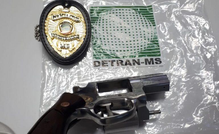 Servidor do Detran flagra homem pegando arma usada em crime escondida em carro apreendido