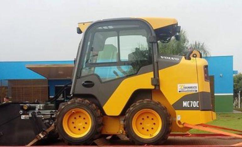 Prefeitura de Dois Irmãos do Buriti adquiriu com recursos próprios uma nova mini-carregadeira