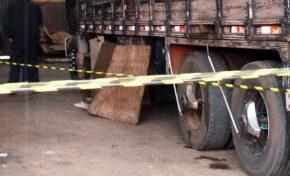 Homem morre após roupa enroscar em eixo de caminhão