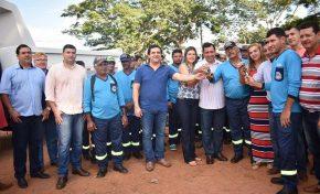 Prefeito de Aquidauana entrega caminhões, uniformes e botas para a Secretaria de Obras