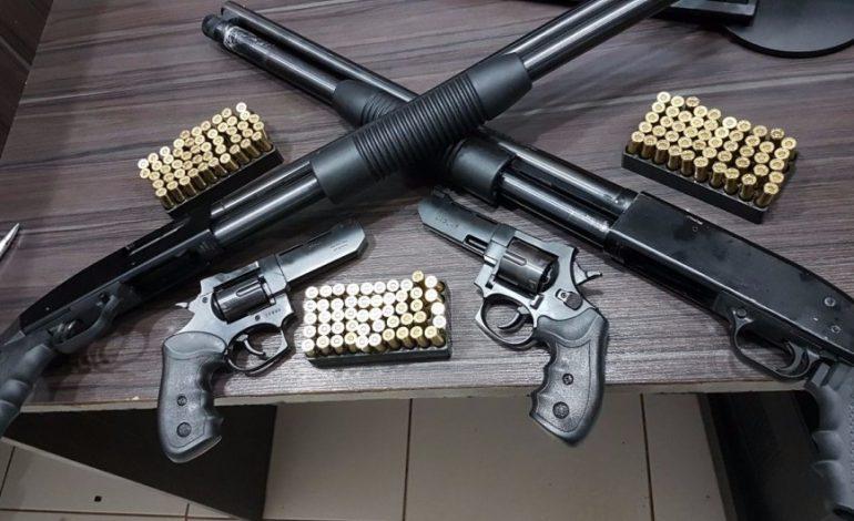 Homem é preso com escopetas e revólveres em terminal rodoviário