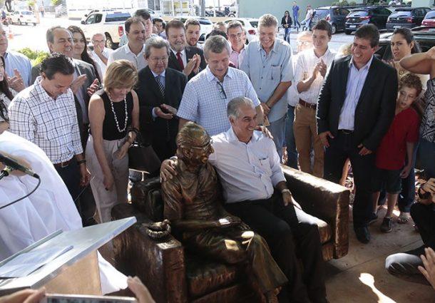 Estátua do Manoel de Barros é inaugurada na Capital