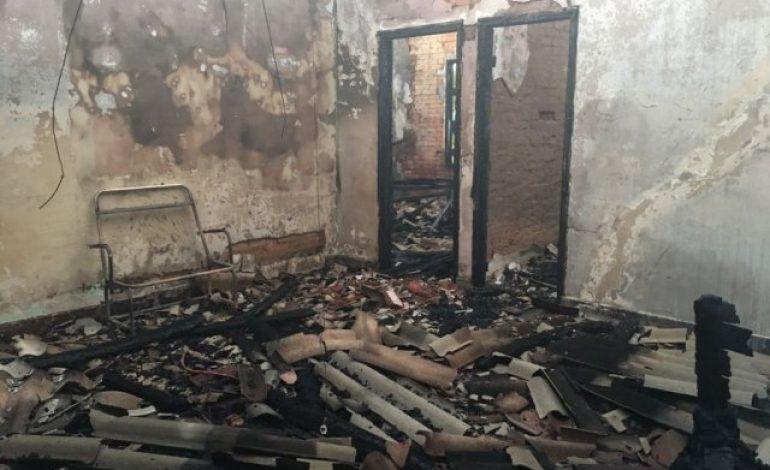 Fogo destrói prédio de estação ferroviária; incêndio pode ter sido criminoso