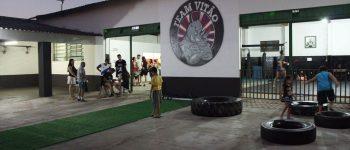 Atleta inova com crossfit e wrestling em octógono profissional