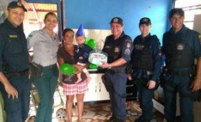 Avó faz apelo no Facebook e ganha de policiais festa de um ano do neto
