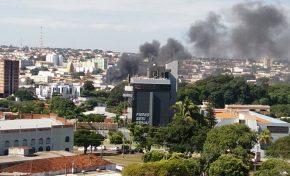 Incêndio de grandes proporções atinge loja em avenida movimentada da Capital